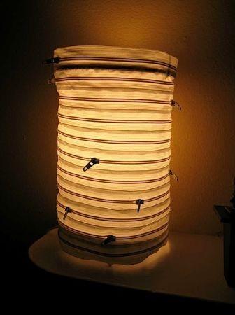 这款圆筒落地装饰灯的灯罩是用一个个拉链拼接而成的,虽然简单,却也